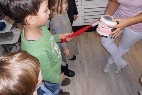 Die Kindergartenkinder vom Froschkönig besuchen eine Zahnarztpraxis