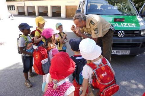 Besuch bei der Polizei - der Kindergarten Froschkönig ist unterwegs in Unterhaching